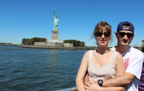 Laura et Mathieu devant la Statue de la Liberté - New York