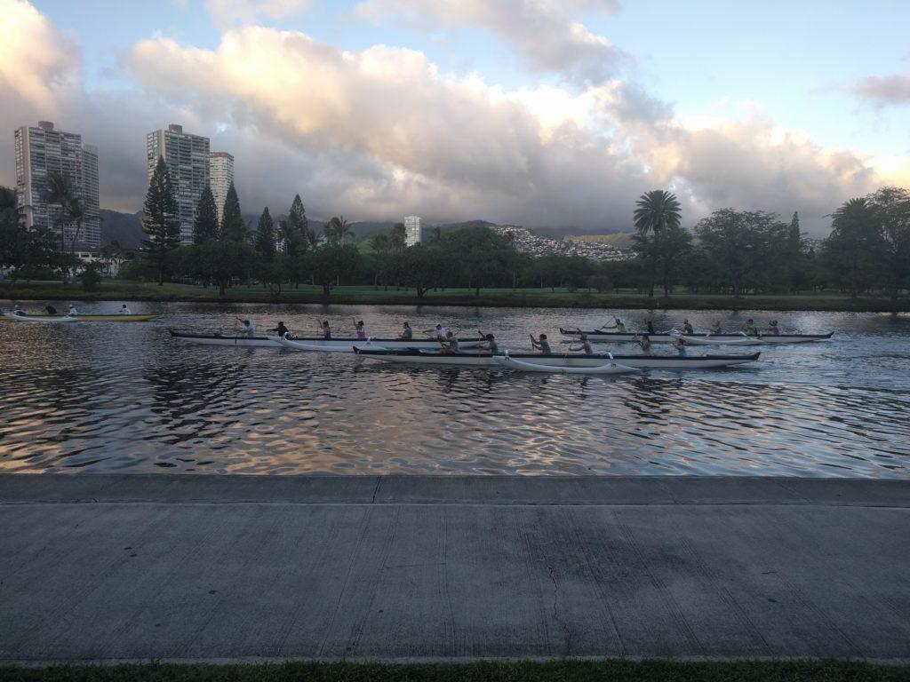 Rameurs sur le canal entre Waikiki et le reste d'Honolulu