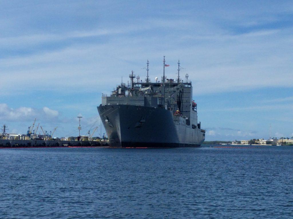 Un navire de guerre américain à quai