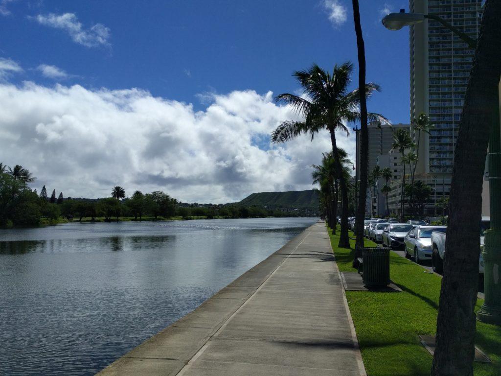 Vue sur une partie du Diamond Head depuis le canal entre Waikiki et le reste de Honolulu