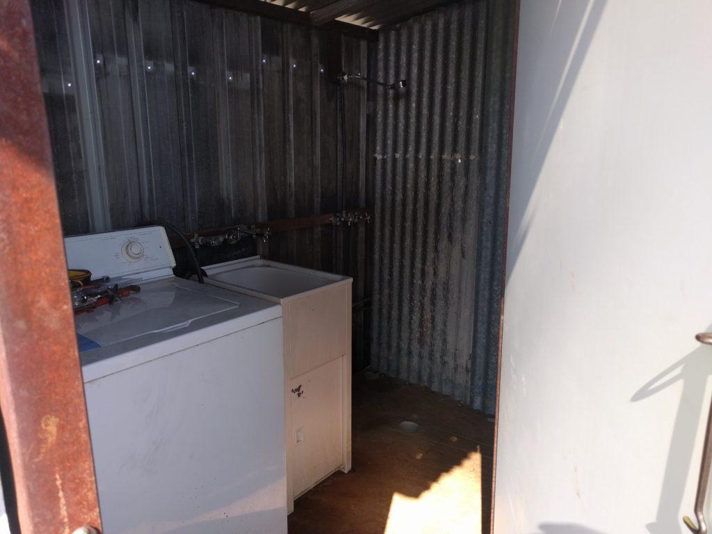 La machine à laver qui ne fonctionne pas et la douche