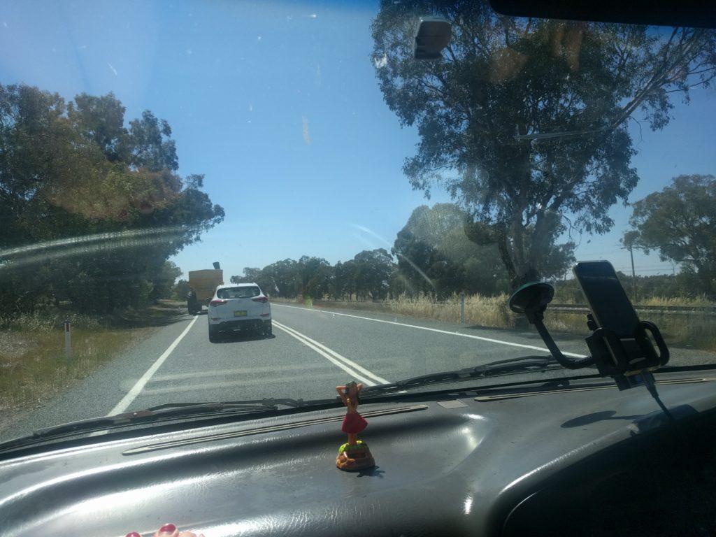 La route en Australie avec notre hawaïenne au premier plan