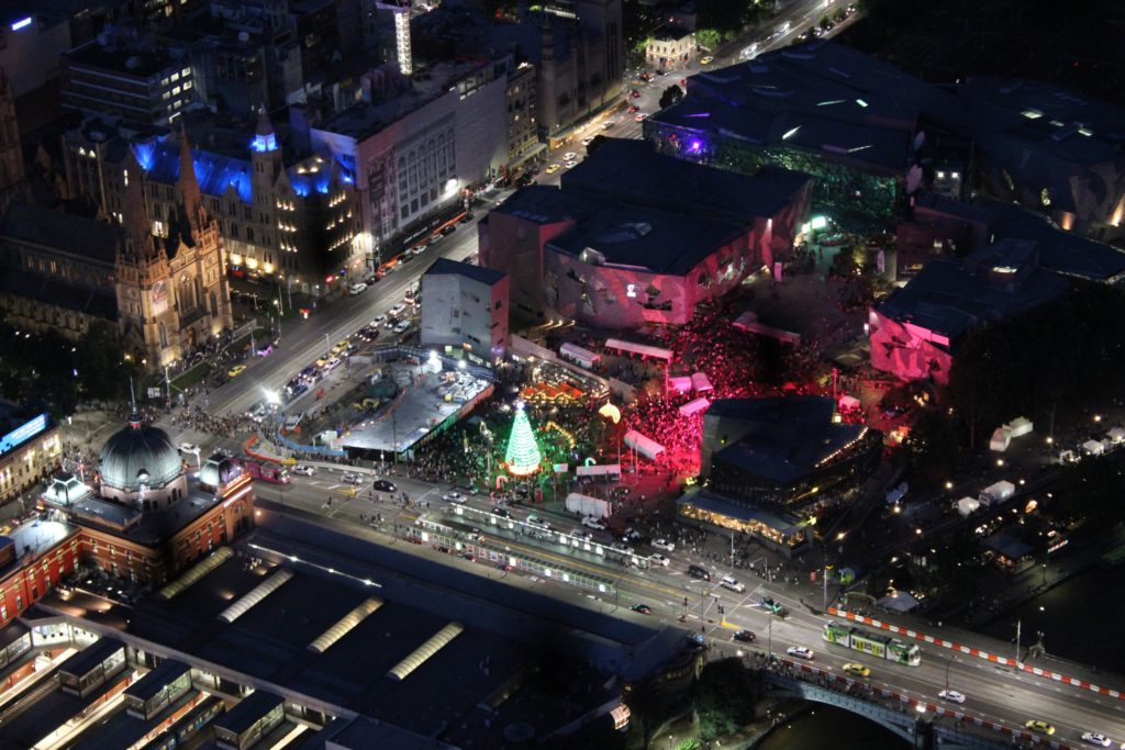 Federation Square de nuit depuis l'Eureka Tower