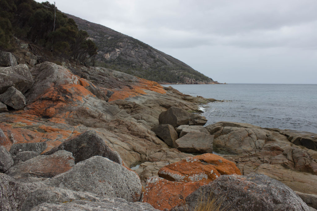 Rochers sur la Wineglass Bay Beach