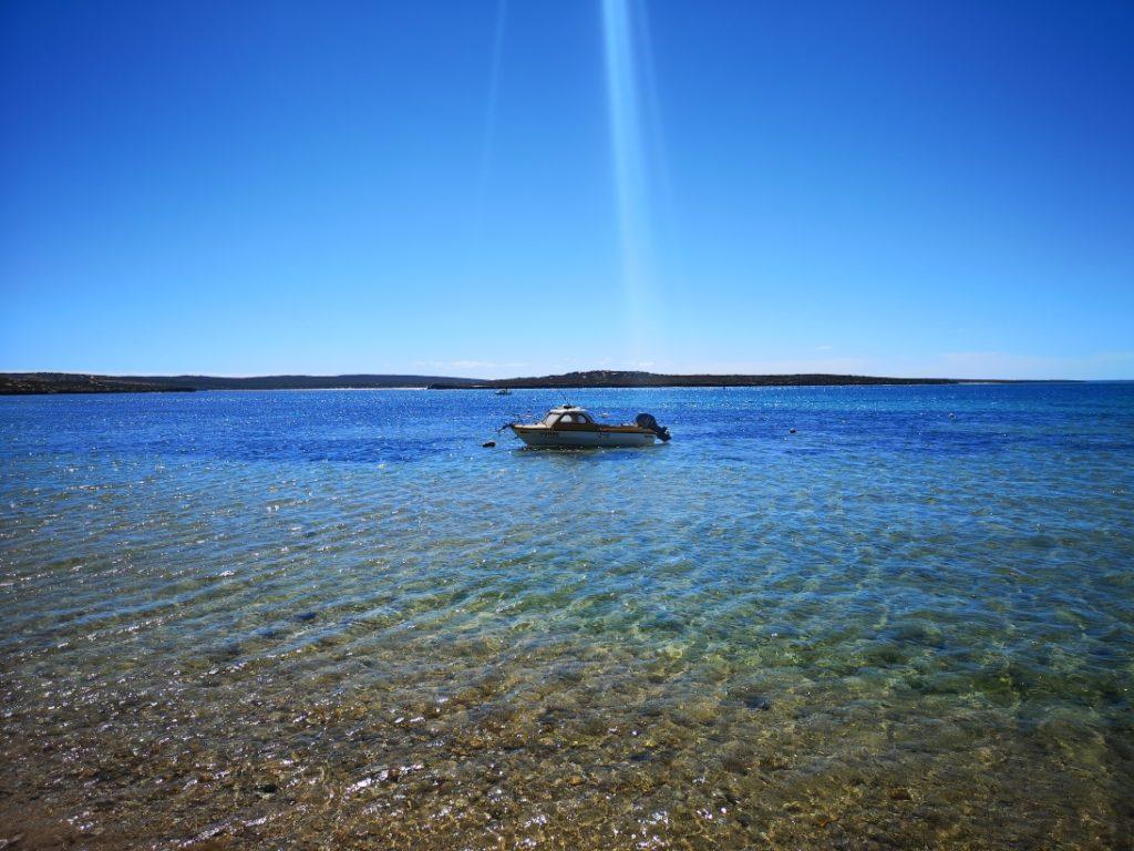 Bateau sur les eaux turquoises de Venus Bay
