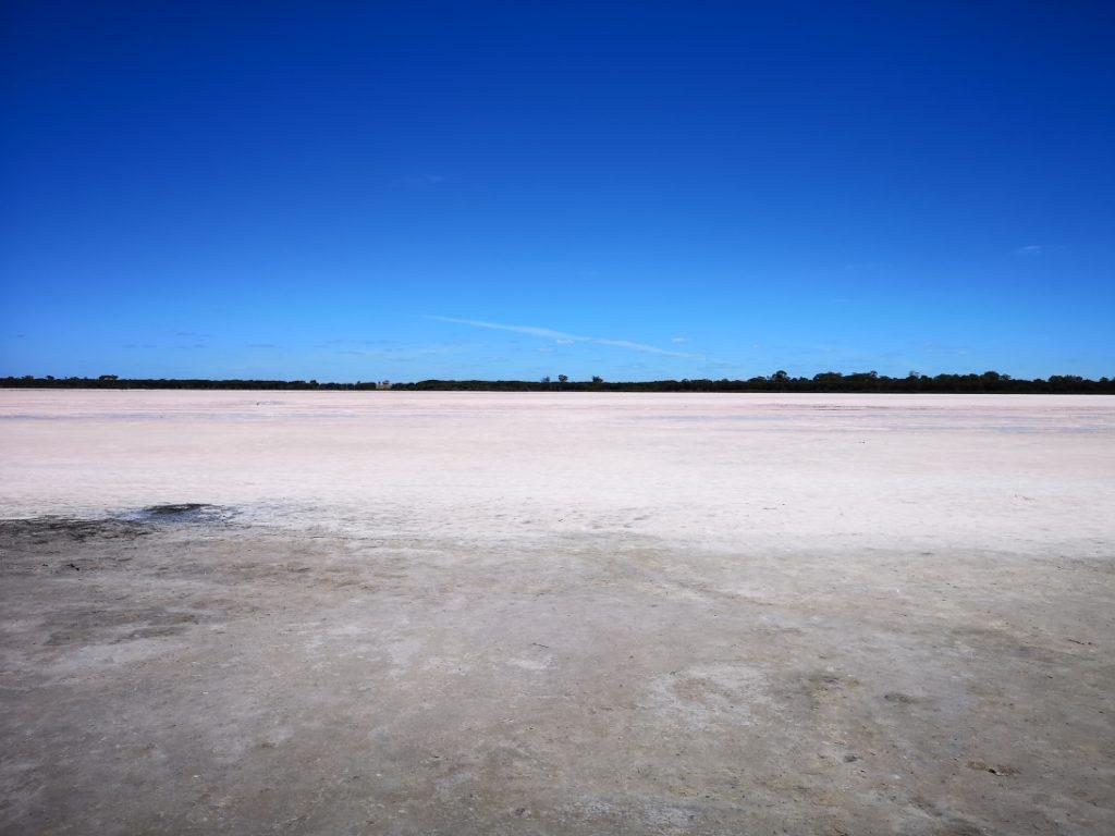 Un lac rose asséché sur la route