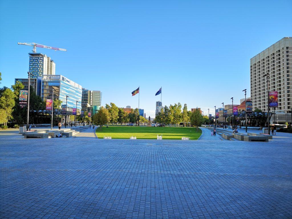 Victoria Square avec le drapeau australien et le drapeau aborigène