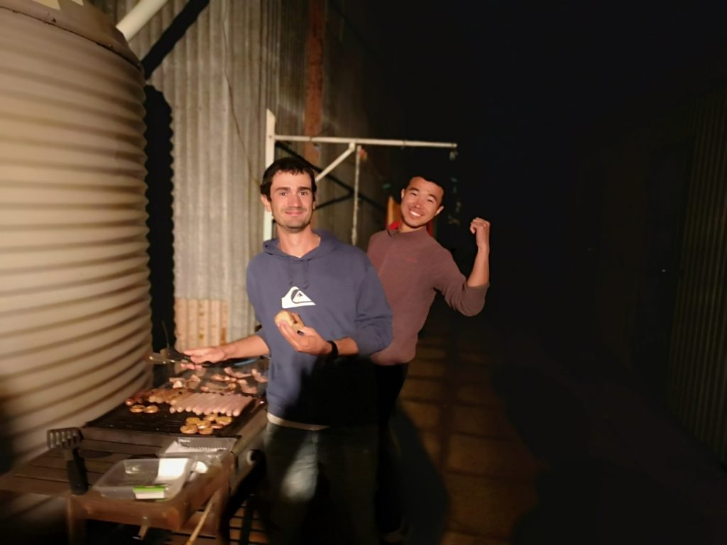 Le chef du barbecue et son assistant Hengda