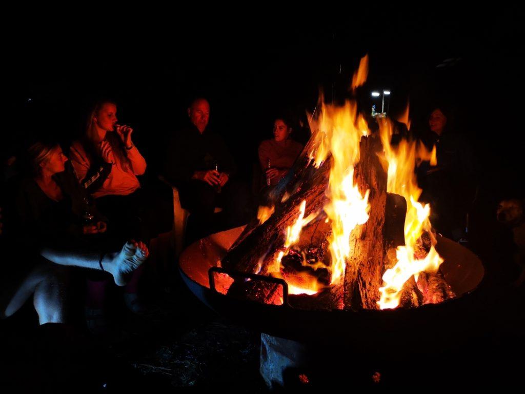 La soirée se termine toujours autour d'un bon feu de camp