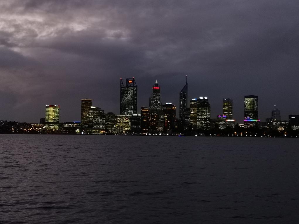 La nuit tombe peu à peu sur le CBD de Perth