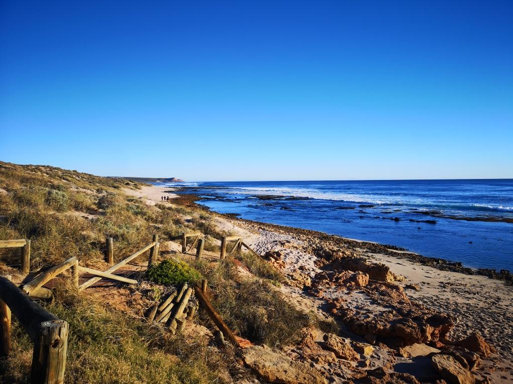 Vue sur la plage des Blueholes