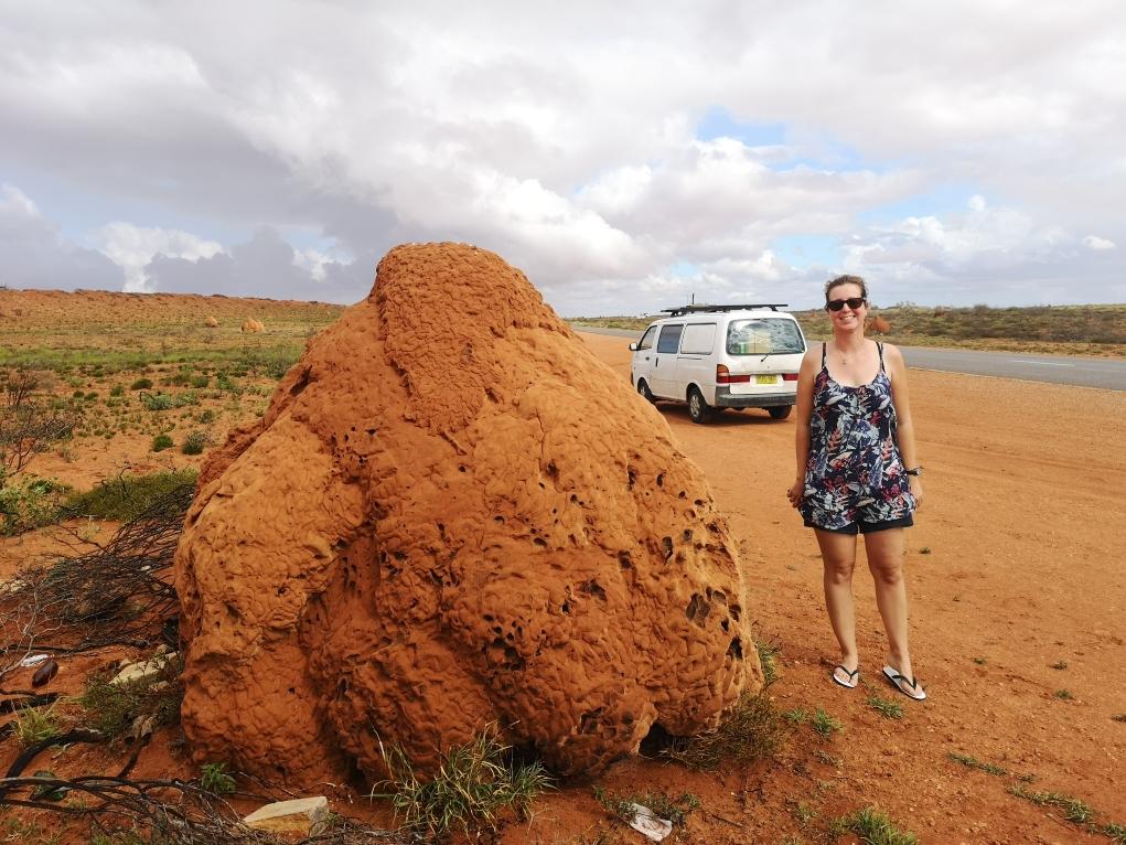 Laura à côté d'un Termits Nest