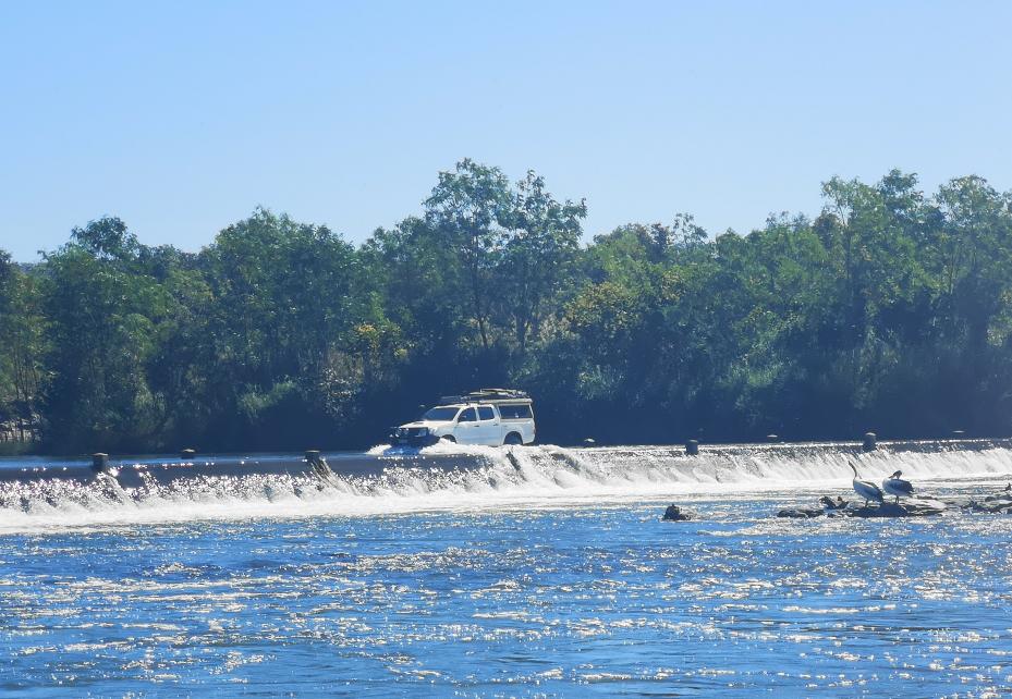 Un 4x4 traversant l'Ord River sur l'Ivanhoe Crossing