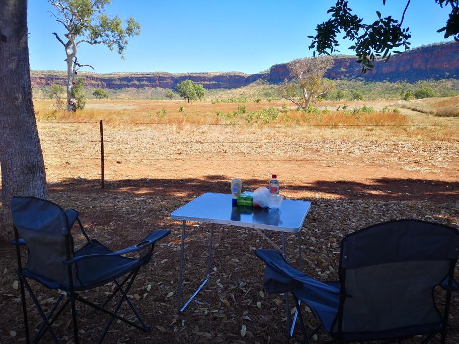 Petite pause gourmande devant un beau paysage à Victoria River
