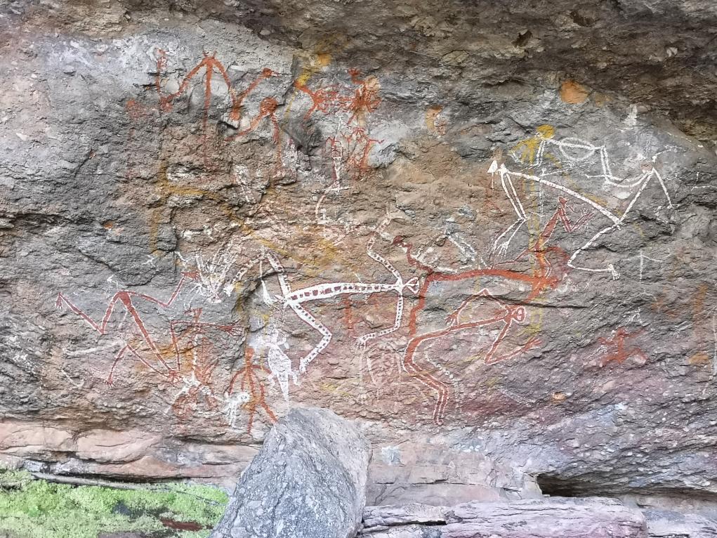 Cette fresque représente des aborigènes entrain d'effectuer un rituel de danse