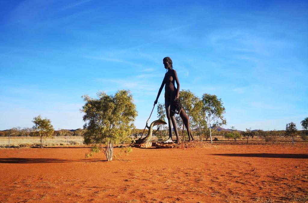 Statue inspirée de la culture aborigène sur la route d'Alice Springs