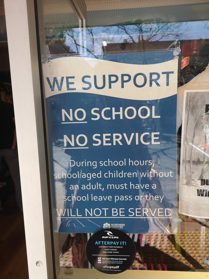Dans le Northern Territory, certains commerces ne servent pas les enfant non accompagnés pendant les heures d'école afin de ne pas encourager l'absentéisme