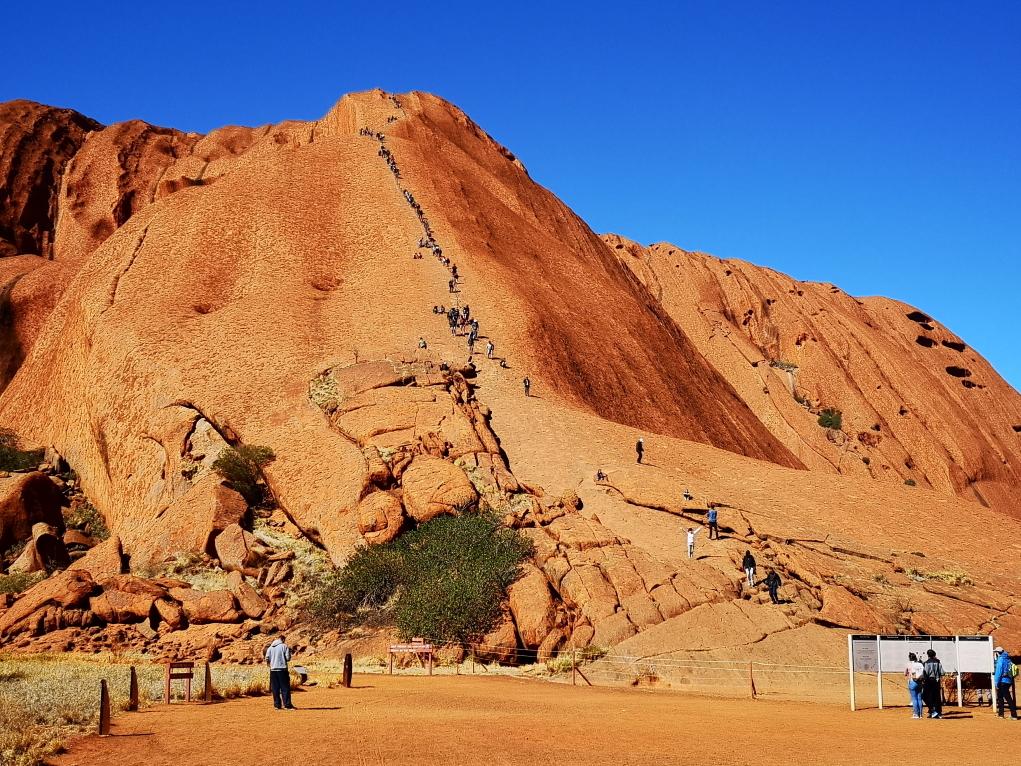 Personnes grimpant l'Uluru