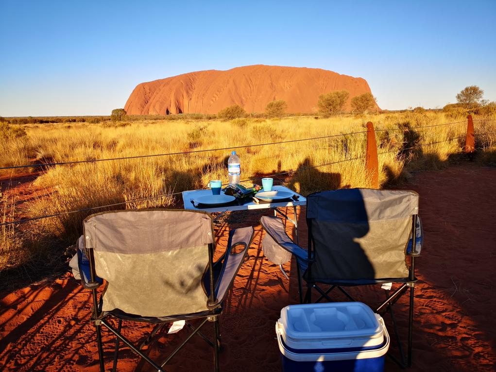 C'est l'heure du repas face à l'Uluru