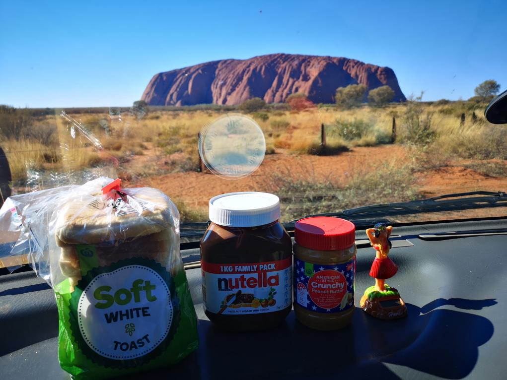 On en a pas fini! Maintenant c'est le petit-déjeuner devant l'Uluru!