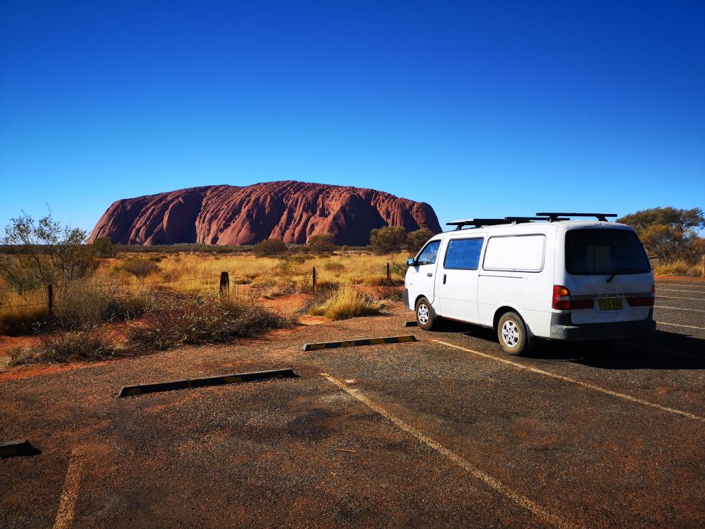 Vue sur l'Uluru de jour avec le Van