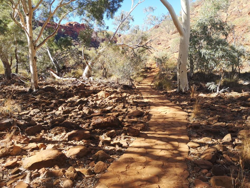 Petite marche dans le Kings Canyon au bord de la rivière asséchée