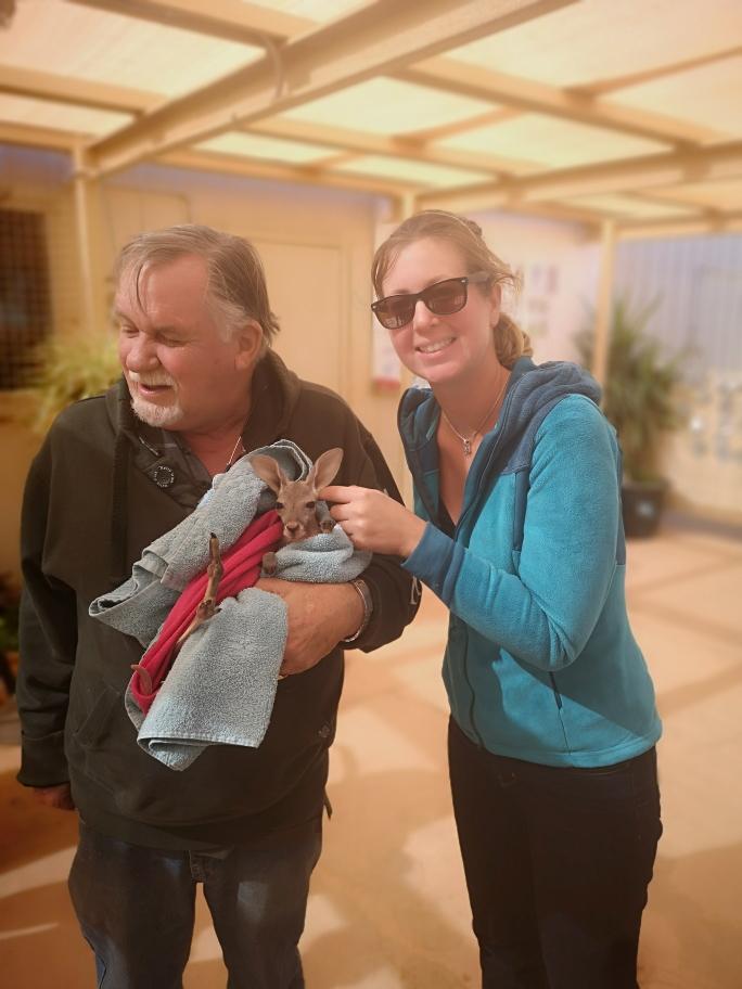Laura prend la pose à côté du bébé