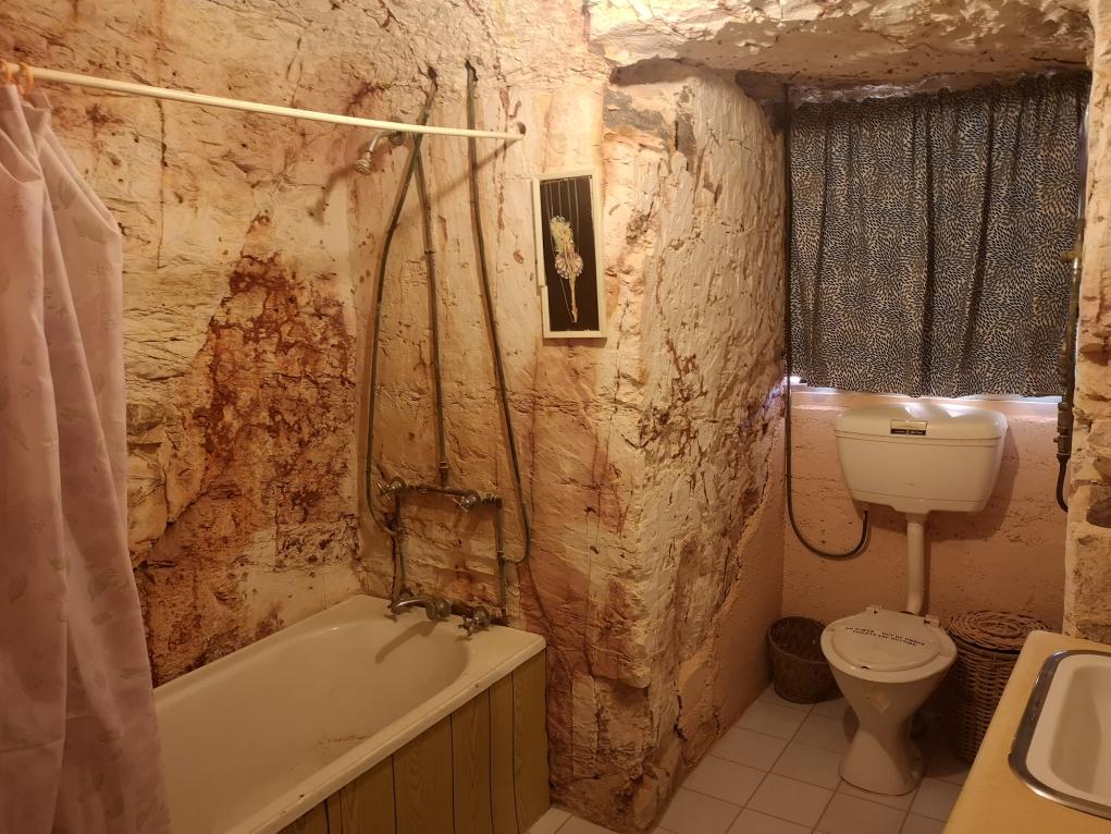 La salle de bain de la maison troglodyte