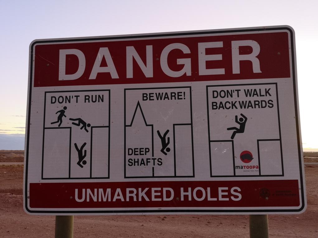 """L'un des nombreux panneaux que l""""on peut trouver autour de la ville. Au-delà d'être assez comique, ils sont toujours utilisés: il faut vraiment faire attention aux trous si on se balade autour de la ville."""