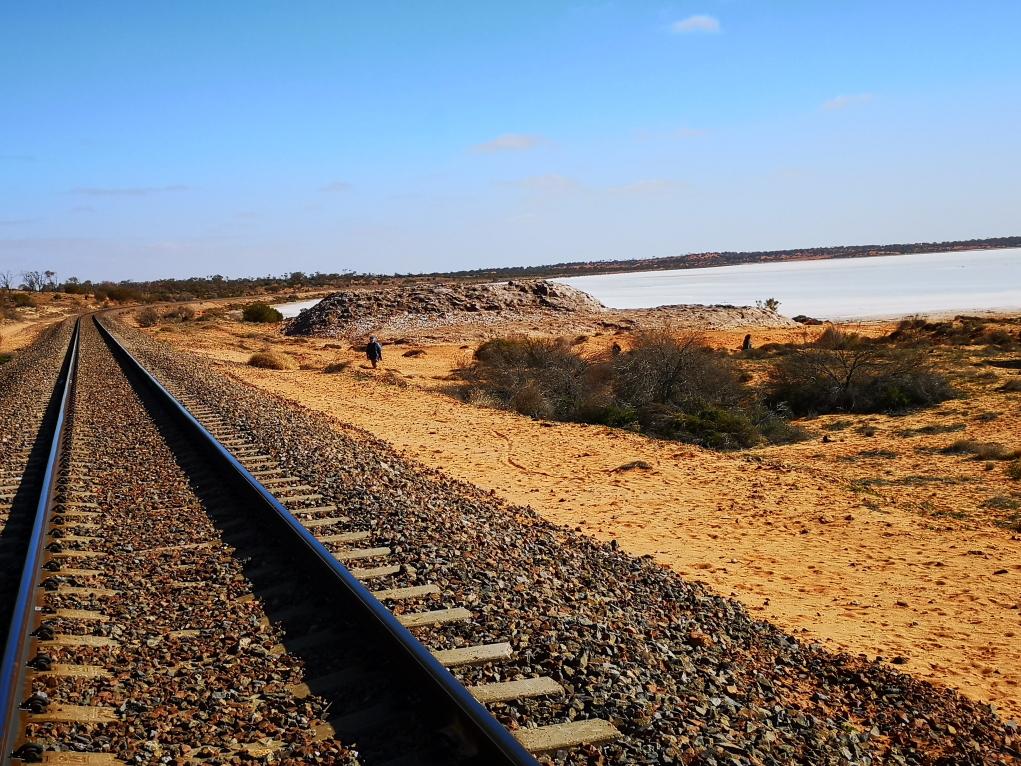 On reste proche de l'unique chemin de fer qui va du Nord au Sud du pays