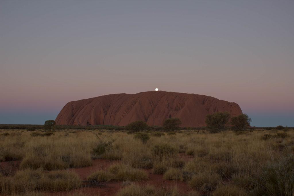 Stade 7 du coucher du soleil sur l'Uluru