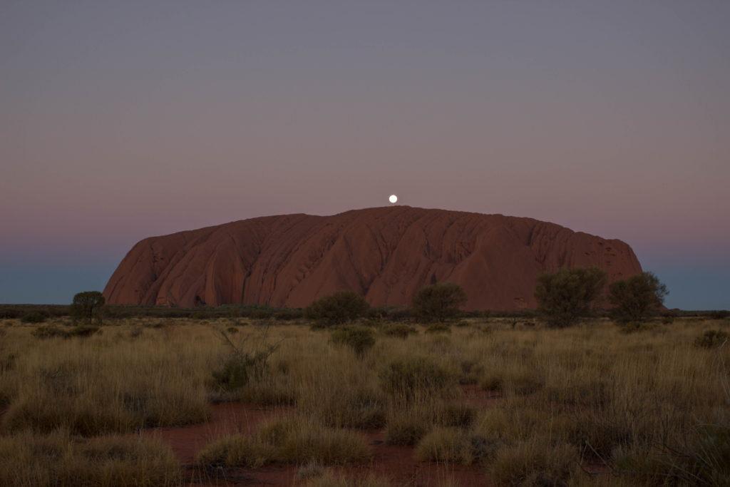 Stade 8 du coucher du soleil sur l'Uluru