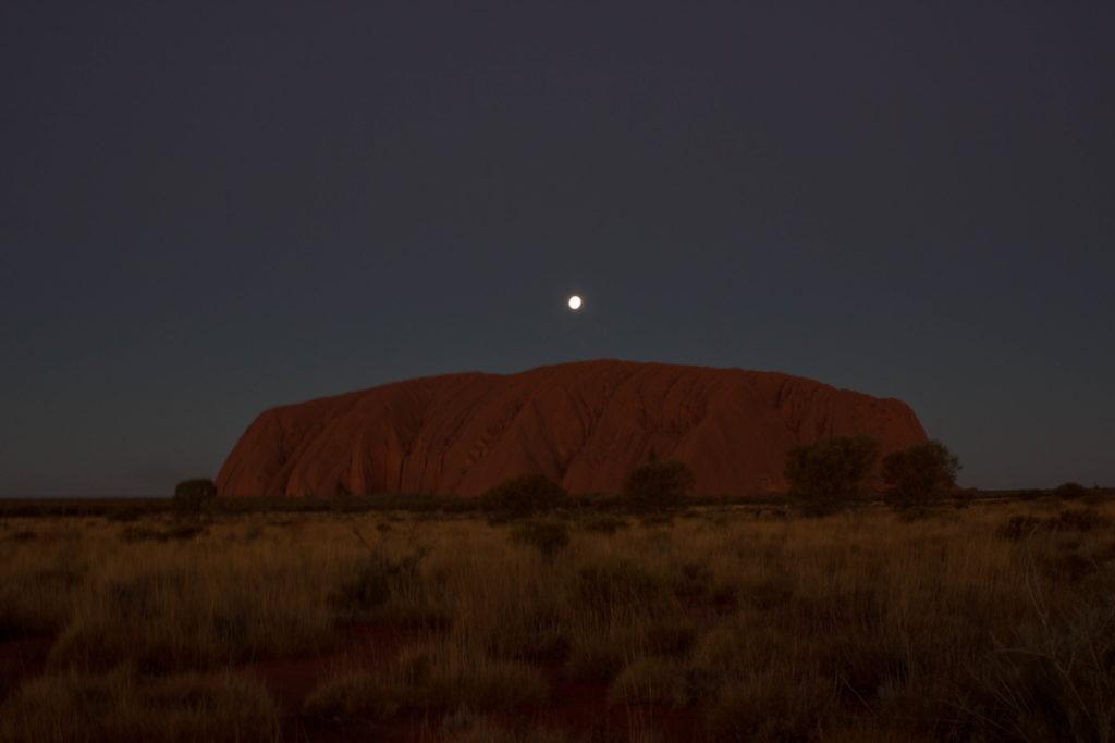 Stade 11 du coucher du soleil sur l'Uluru