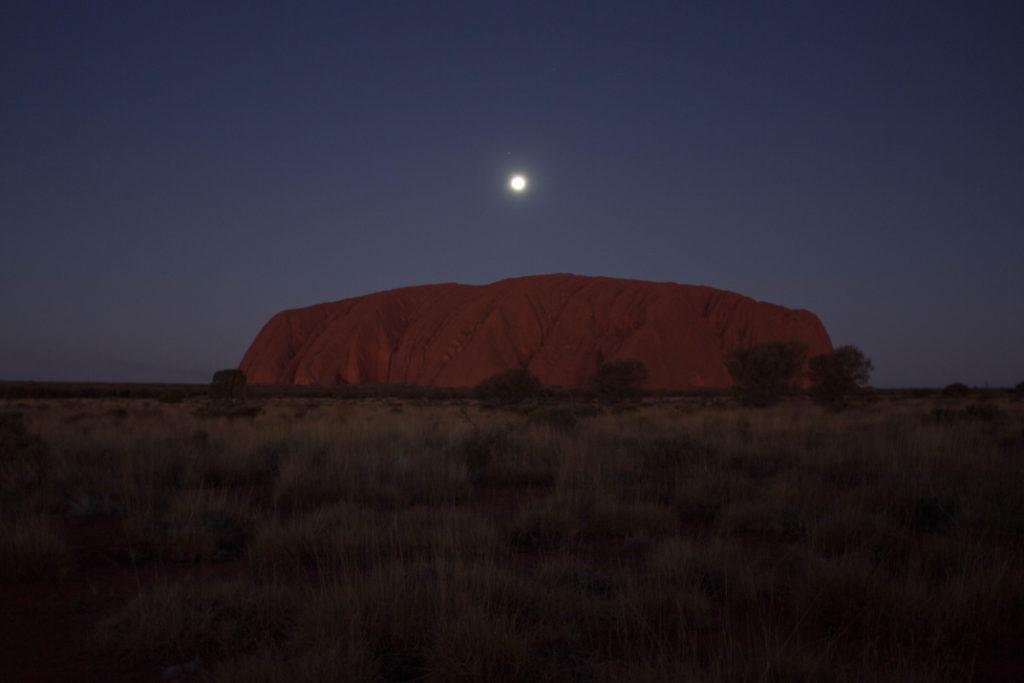 Stade 12 du coucher du soleil sur l'Uluru