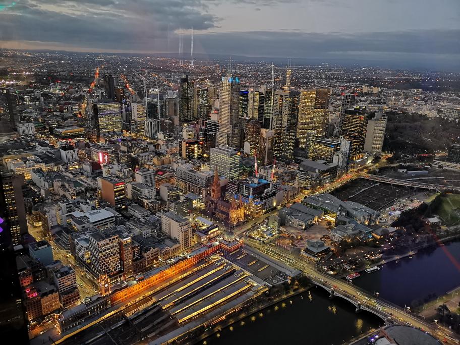 CBD de Melbourne avec la Flinders Street Station en premier plan, vue depuis l'étage 88 de l'Eureka Tower