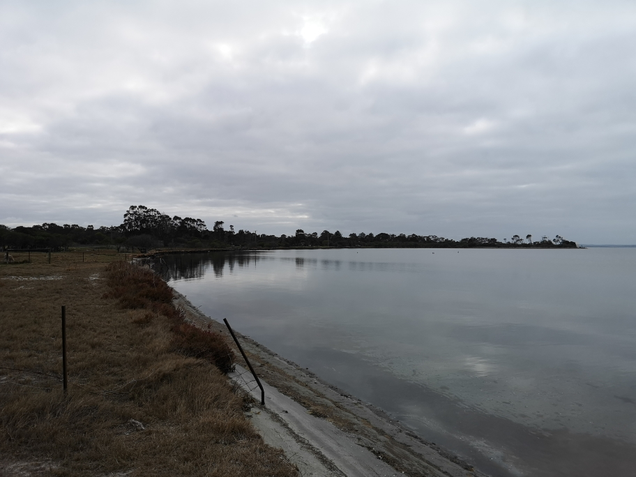 Vue sur le lac depuis le jardin de la maison