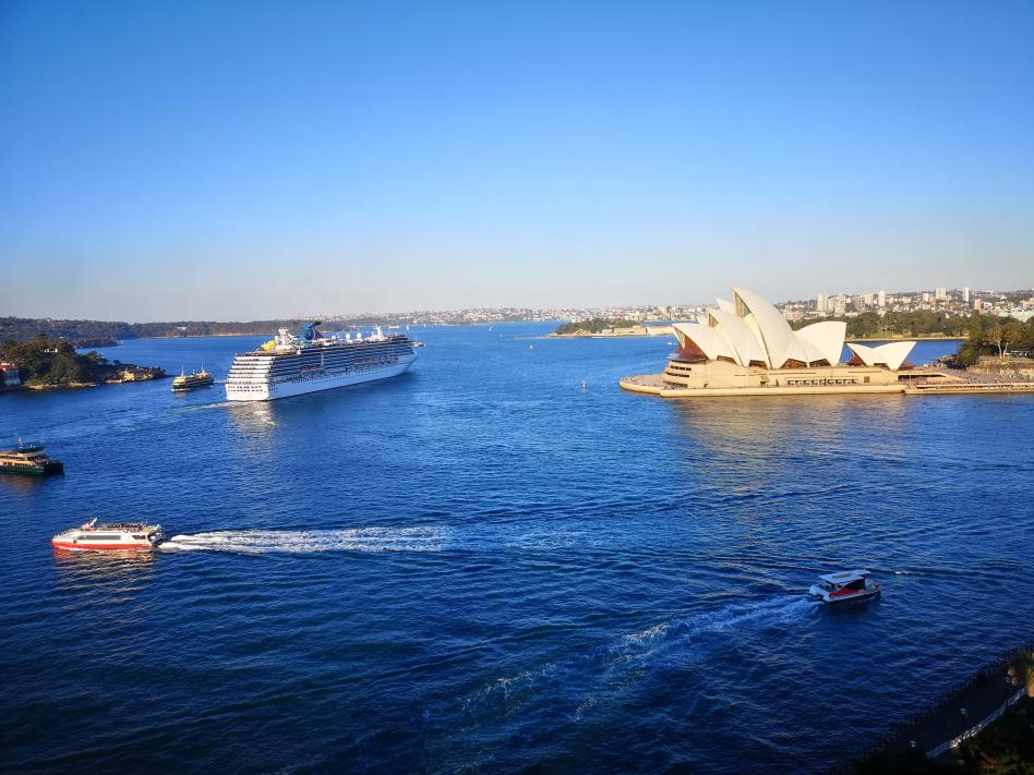 Vue sur l'Opéra et le départ d'un bateau de croisière dans le port de Sydney depuis le Harbour Bridge