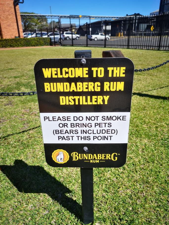 Bienvenue à la distillerie de Rhum Bundaberg. Merci de ne pas fumer ou d'apporter des animaux de compagnie (ours compris) après ce point