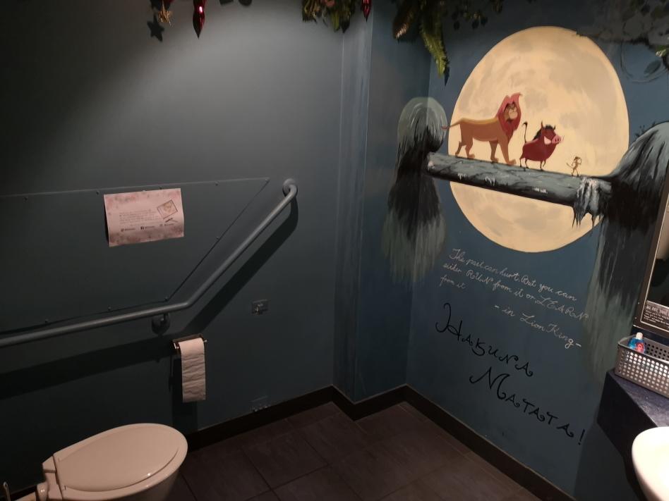 Les toilettes du restaurant où on a mangé. Deux salles, deux ambiances: il y avait même les musiques du dessin animé