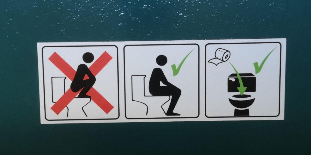 Oui oui... C'est comme ça qu'on doit faire. Ce panneau est destiné à certaines cultures où on monte sur la cuvette pour faire ses besoins.