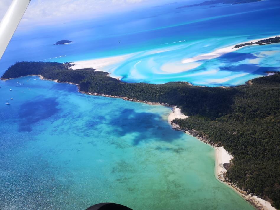 Le sable blanc dans les magnifiques eaux turquoises