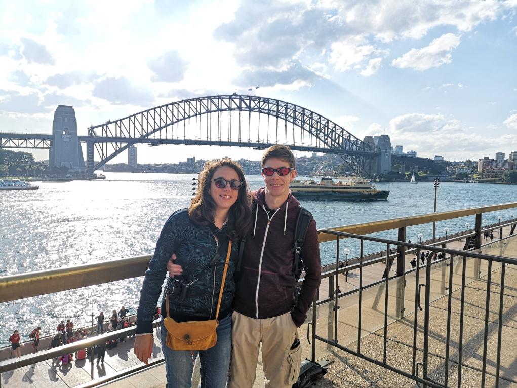 Hélène et Sébastien devant le Harbour Bridge depuis la terrasse de l'Opéra