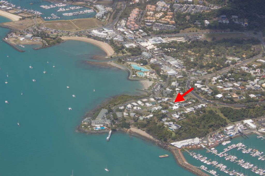 On survole Airlie Beach - Notre villa est ici!