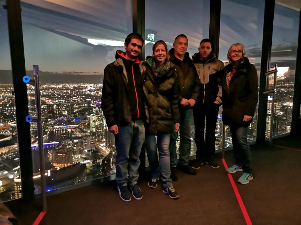 Nous tous devant Melbourne illuminée à l'Eureka Tower