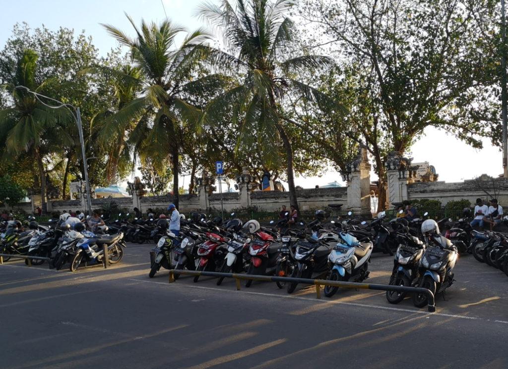 Parking de la plage: on n'a jamais vu autant de scooters...