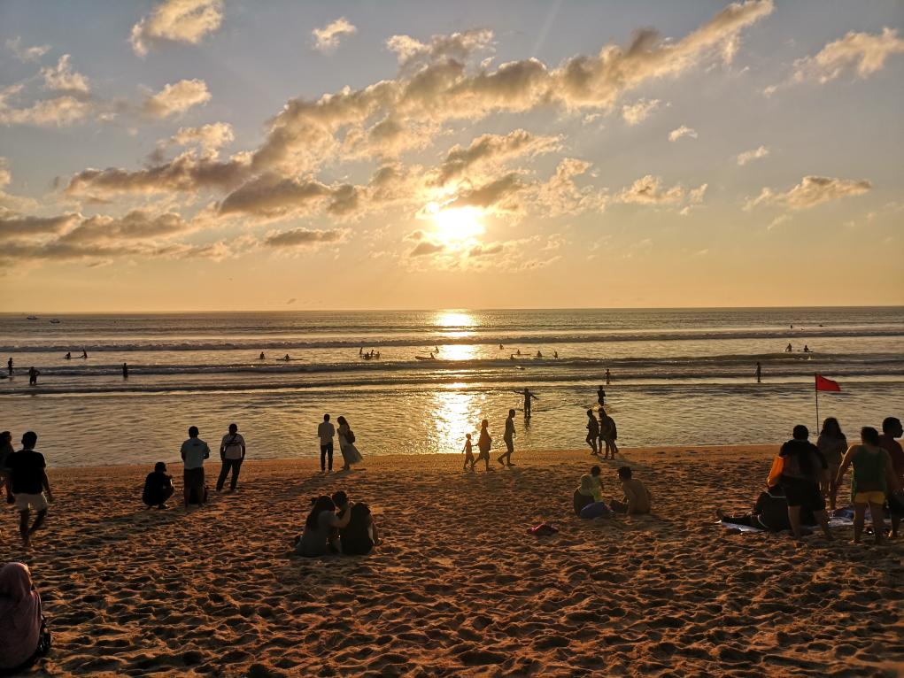 Coucher de soleil sur la plage de Kuta, bière et coca à la main