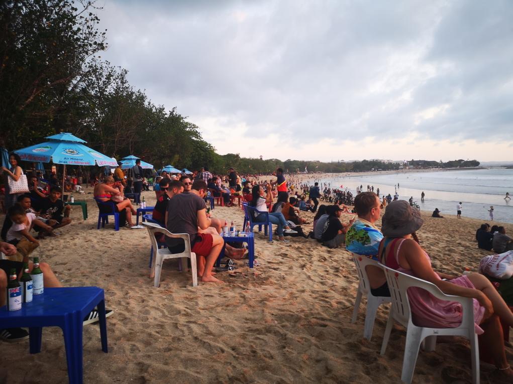Quelques minutes plus tard la plage se remplit