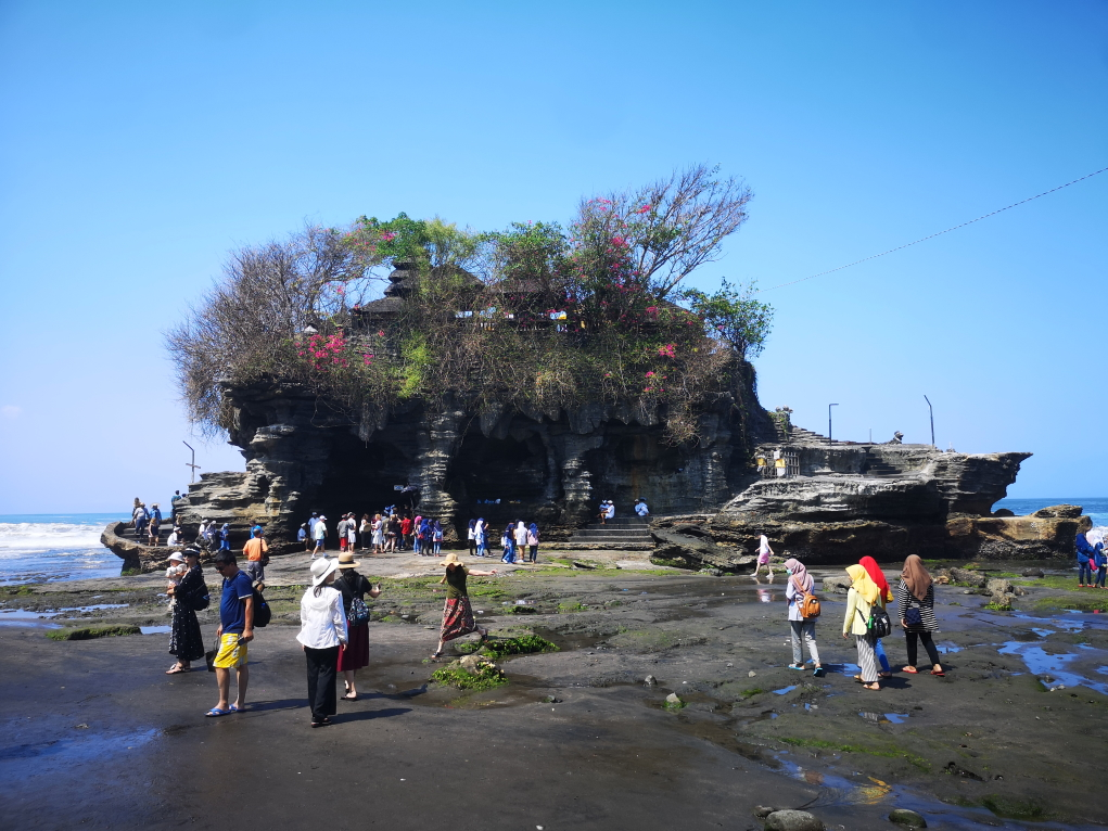 Le temple Tanah Lot à marée basse