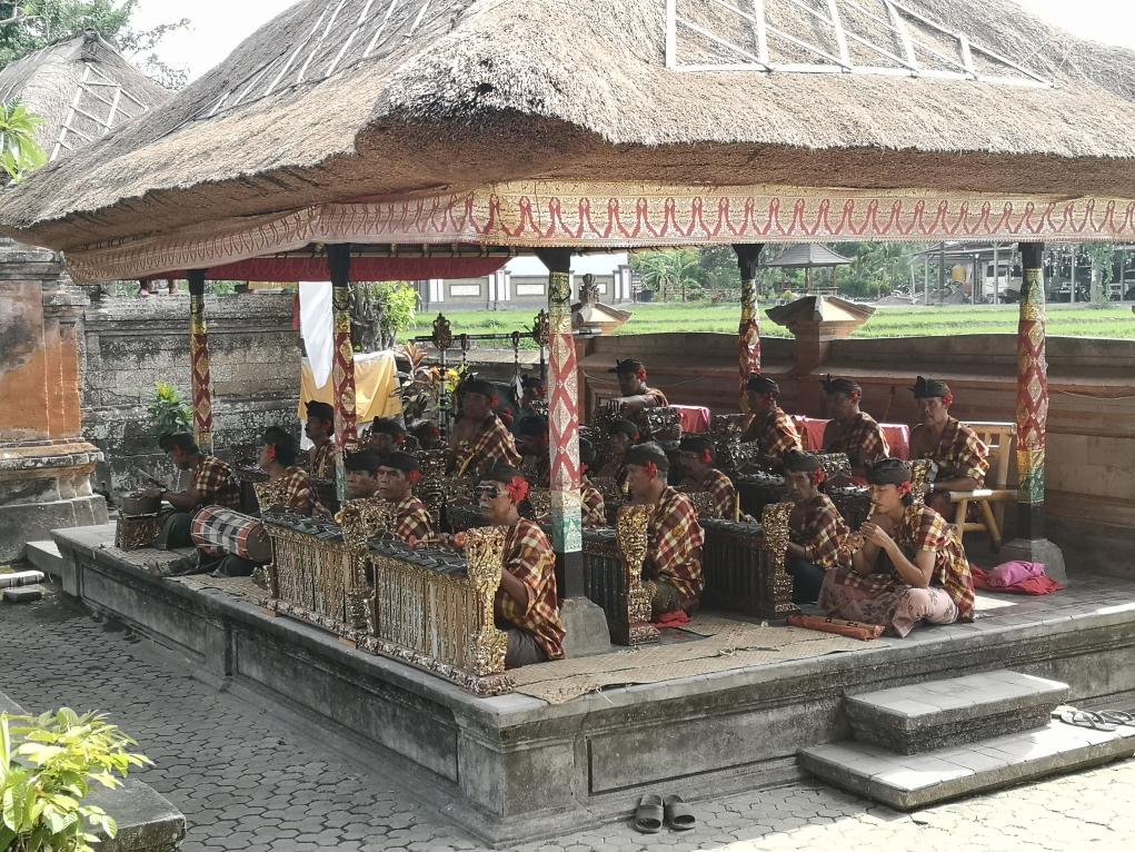 Les musiciens avec leurs gamelons et autres instruments traditionnels balinais
