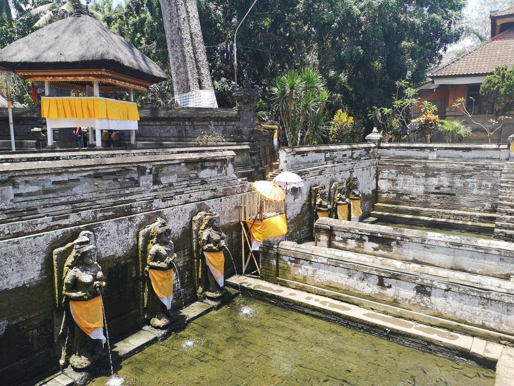 Des bassins d'eau sacrée devant le temple